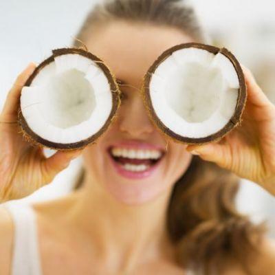 Scapa de varfuri uscate si degradate cu ajutorul unei masti din ulei de cocos si miere. Invata cum sa o faci singura, acasa