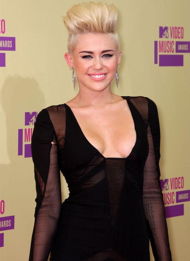 Miley Cyrus a fost suprinsa la piscina, fara logodnicul ei. Imaginile care pot dovedi ca relatia lor nu mai functioneaza