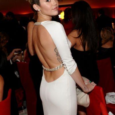 Miley Cyrus a pozat din nou topless. Vezi noile imagini sexy cu tanara rebela
