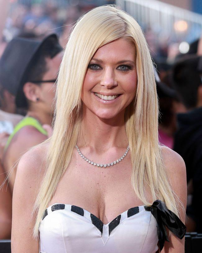 Dupa ani de lupta cu anorexia si operatiile estetice, Tara Reid rateaza revenirea in topul celor mai sexy blonde cu o aparitie jenanta pe covorul rosu