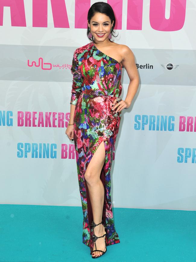 Cu peruca roz, caciula si cizme de Yeti: cum arata Vanessa Hudgens in cea mai extravaganta aparitie de pe covorul rosu