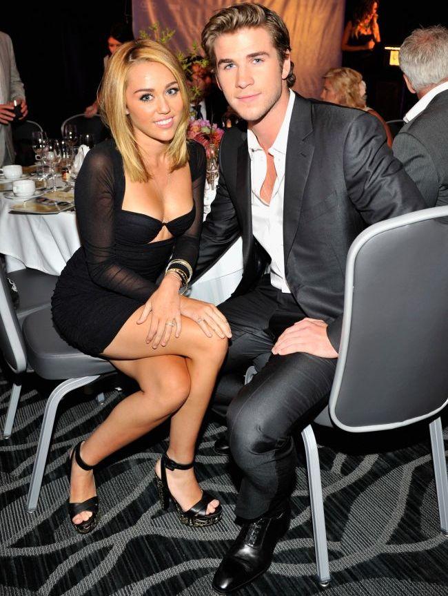 Nu poate accepta ca s-au despartit: Miley Cyrus pozeaza intr-o rochie care pare de mireasa, dupa ce iubitul ei, Liam Hemsworth  a anulat logodna