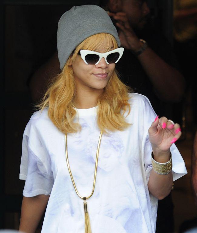 Rihanna, intr-o pereche de pantaloni atat de scurti incat...nimeni nu i-a vazut. Cum s-a afisat vedeta  doar  in tricou pe strada