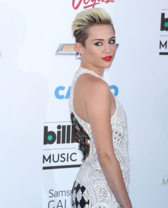 Miley Cyrus, intr-o ipostaza demna de revistele pentru adulti. Cum incearca artista sa ii atraga atentia logodnicului ei