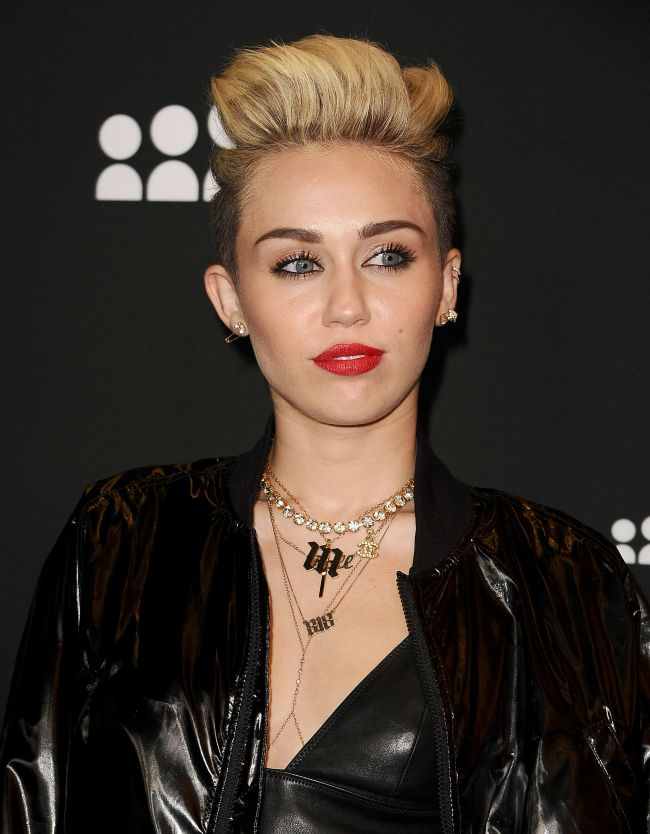 Miley Cyrus a socat din nou cu tinuta sa iesita din tipare. Cum s-a imbracat vedeta la o plimbare in New York