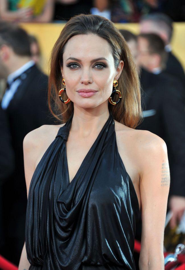 Angelina Jolie, spectaculoasa pe covorul rosu. Bustul reconstruit arata minunat intr-o rochie decupata. Nici nu s-ar zice ca a suferit o mastectomie