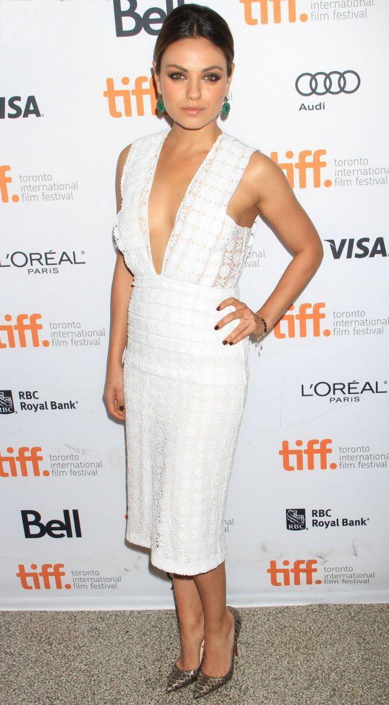 Mila Kunis, aparitie rapitoare intr-o rochie cu decolteu