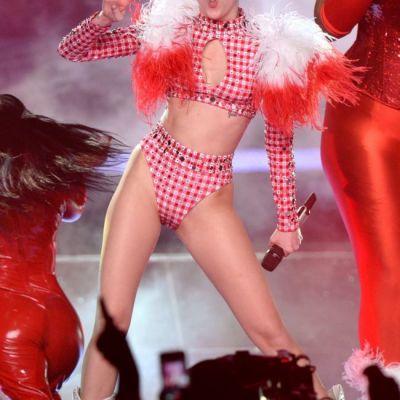 Miley Cyrus, filmata in timp ce se saruta cu o femeie. Imaginile care au facut inconjurul lumii