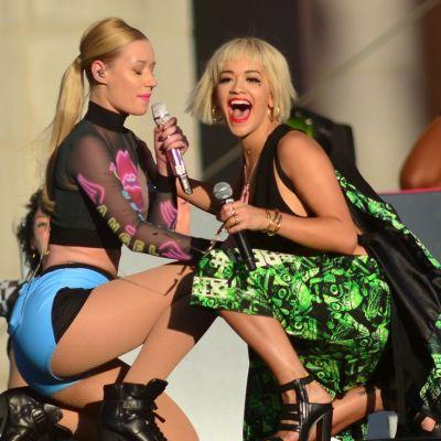 Rita Ora si Iggy Azalea, la un pas sa se sarute pe scena. Imaginile care au aprins imaginatia domnilor