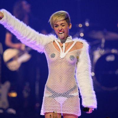 Miley Cyrus, dezbracata pe canapea, in bratele altei femei. Imaginea pe care tatal ei sigur nu ar vrea sa o vada