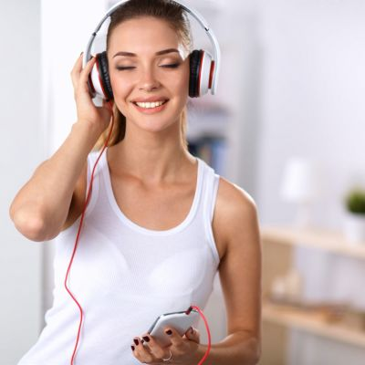 Melodii pe care sa le asculti cand te pregatesti de o intalnire. Playlist-ul perfect pe care nu ai voie sa-l ratezi