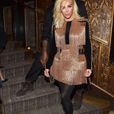 Kim Kardashian, la prima aparitie oficiala ca blonda: intr-o rochie complet transparenta, cu sanii la vedere