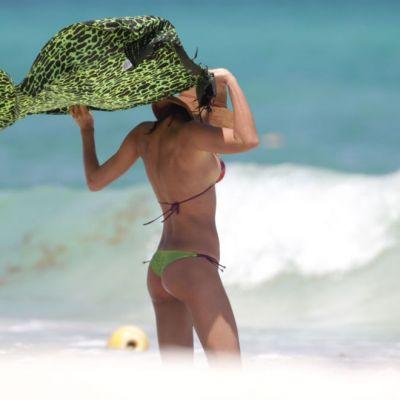 Irina Shayk, intr-un sutien mult prea mic pentru dimensiunile ei, la plaja. Ce au surprins paparazzii