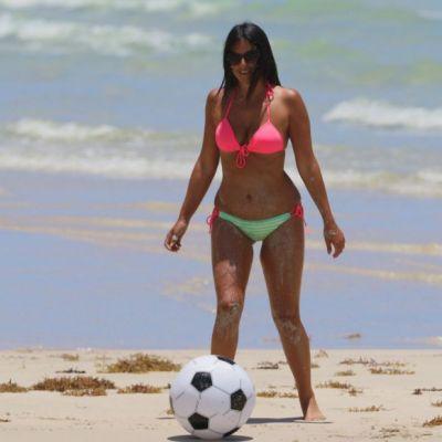 E arbitru de fotbal, insa foloseste mingea in alte scopuri. Cum a fost surprinsa Claudia Romani la plaja