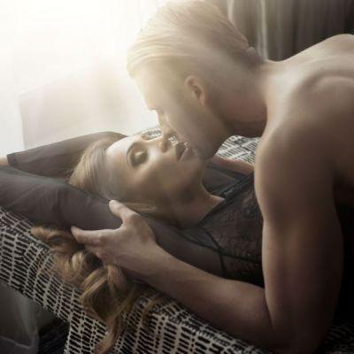 Cum sa il seduci cu un sarut. 5 lucruri incitante pe care trebuie sa le incerce orice femeie