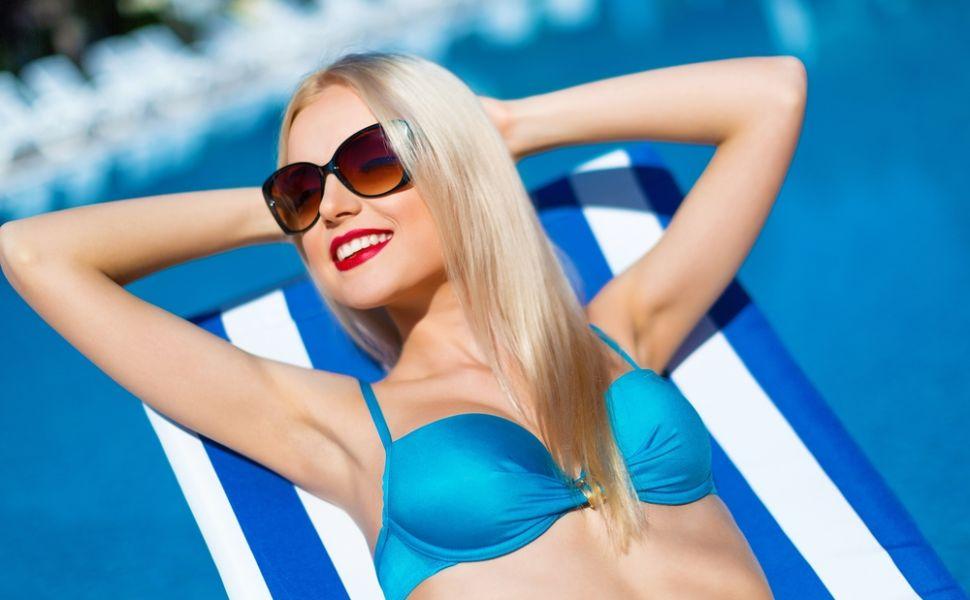Cum sa iti protejezi parul de clorul din piscina