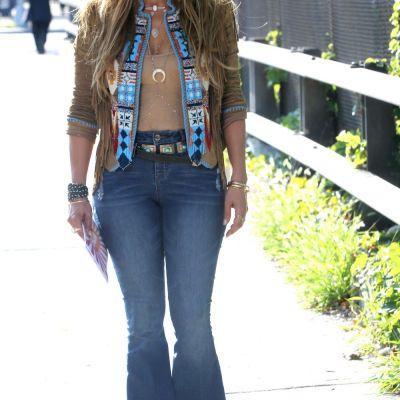 Jennifer Lopez, cea mai chic aparitie a anului. Ce truc a folosit sa isi faca picioarele sa para suple si interminabile