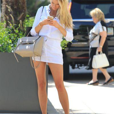 Ea este noua blonda fatala de la Hollywood. Charlotte McKinney, vedeta cu cele mai sexy selfie-uri de pe Instagram