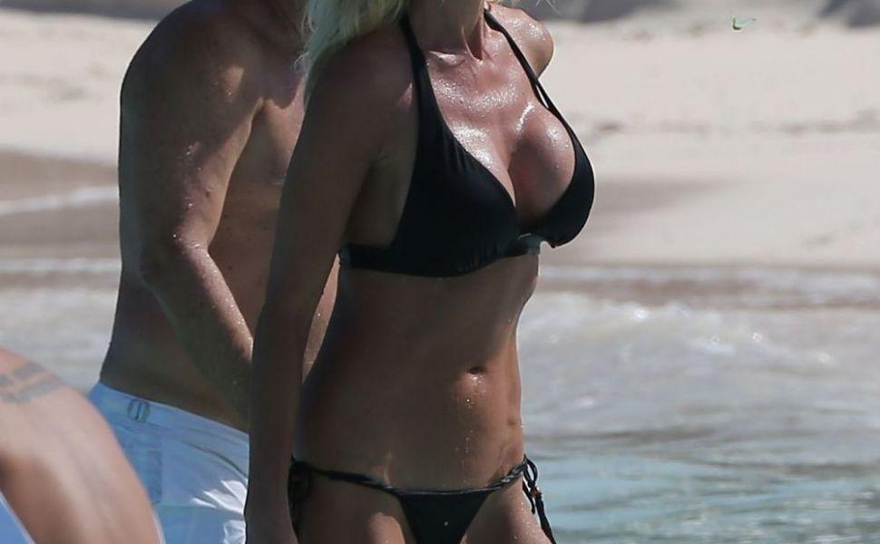 Un fost iepuras Playboy i-a incantat pe paparazzi cand a aparut asa, la plaja. Putini au ghicit care e varsta ei reala