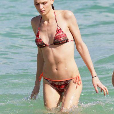 Un barbat, in topul celor mai sexy femei in bikini. Andreja Pejic, aparitie rara pe plajele din Miami
