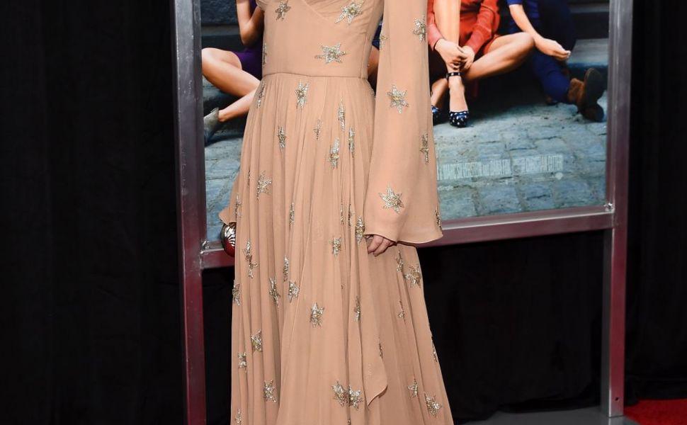 Dakota Johnson, aparitie ravasitoare pe covorul rosu. Totusi, un mic detaliu i-a stricat o aparitie perfecta