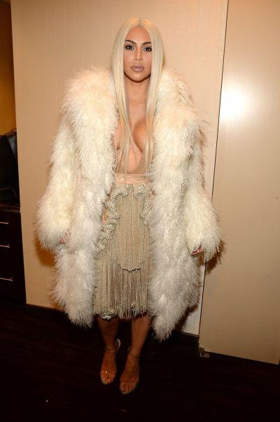 Kim Kardashian, din nou blonda pentru lansarea noii colectii semnata Kanye West, Yeezy 3