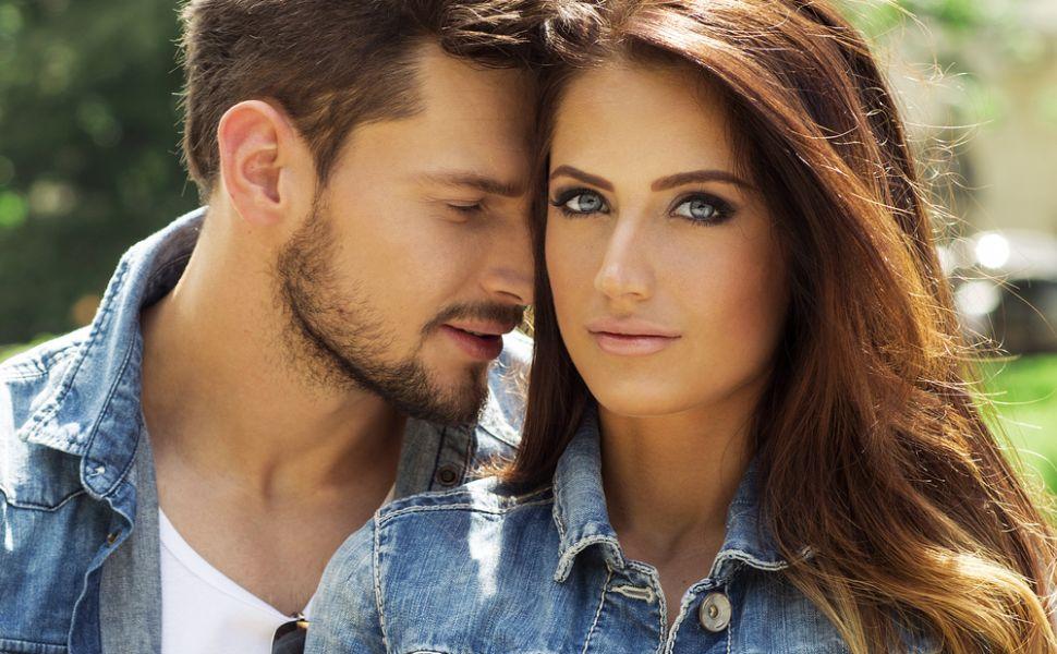 Vrei sa se uite la tine  cu alti ochi ? 12 feluri prin care sa-l faci sa te vada mai mult decat ca pe o simpla prietena