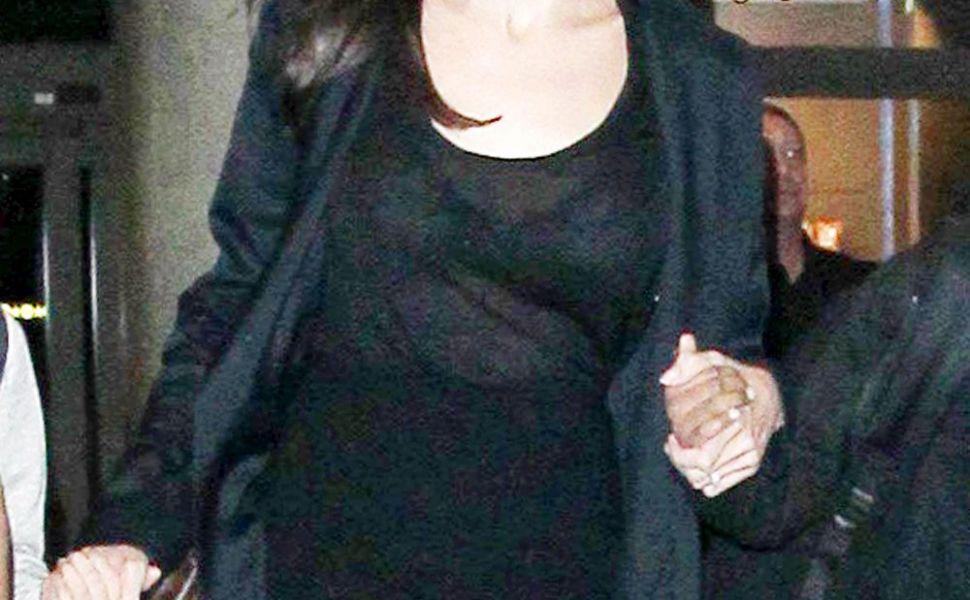 Se comporta ca o familie normala. Cum a fost surprinsa Angelina Jolie pe aeroport, alaturi de copii