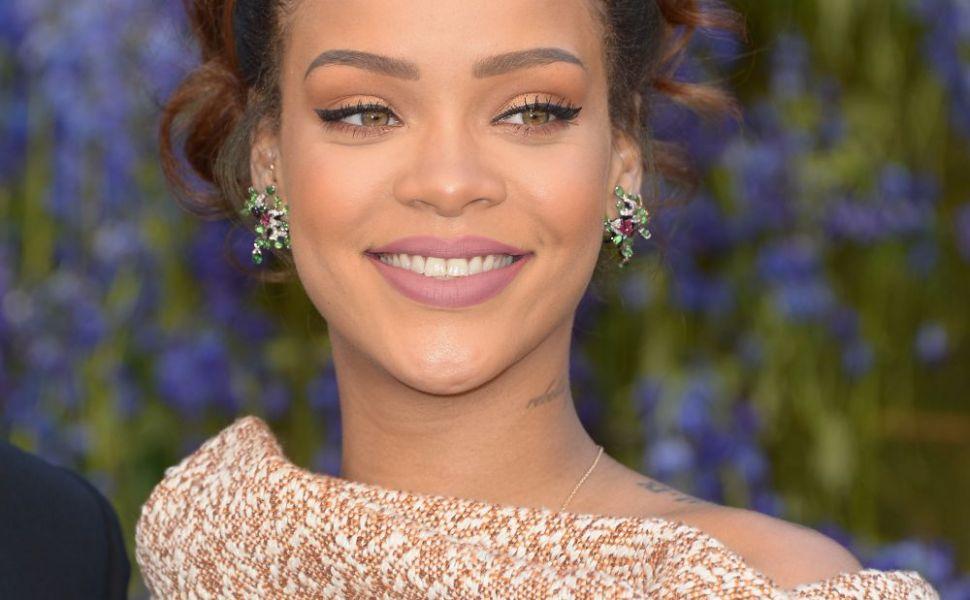 Rihanna, intr-o pereche de incaltari excentrice, lungi pana la... talie! Cum arata cizmele care tin loc de pantaloni