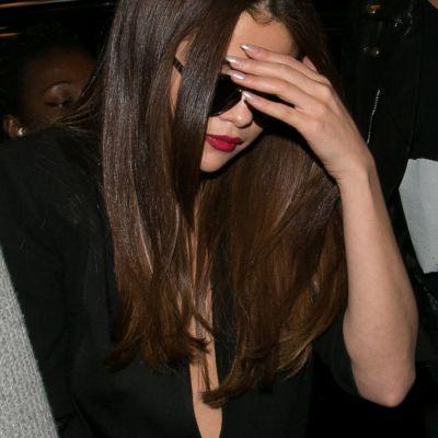 Tinute periculos de sexy. Selena Gomez, la limita unor accidente vestimentare de proportii la Paris Fashion Week