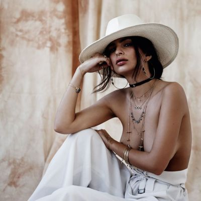 Topless si acoperita doar cu bijuterii. Emily Ratajkowski, pictorial fierbinte, care i-a incitat pe fanii ei