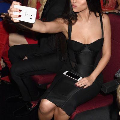 Vedetele, in cautarea selfie-ului perfect. Ipostazele super haioase in care au fost surprinse cele mai mari celebritati