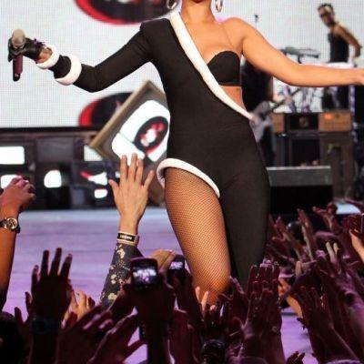 Ea este vedeta cea mai apropiata de fani? Cum s-a lasat fotografiata Rihanna, in bratele admiratorilor