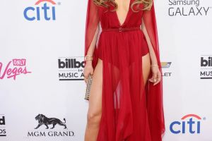 Jennifer Lopez, blonda-pui si cu par scurt. Cum s-a lasat pozata vedeta intr-un pictorial de moda WOW