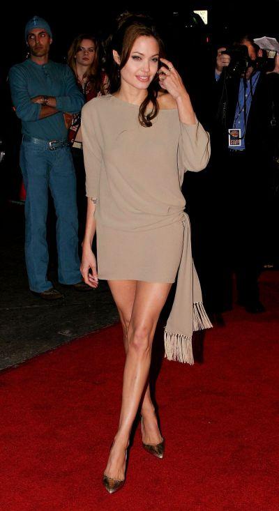 Nu degeaba s-a spus despre ea ca e cea mai sexy femeie din lume. 10 momente in care Angelina Jolie ne-a sedus