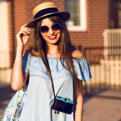 Piesele vestimentare din denim pe care trebuie sa le porti vara asta: de la rochite feminine la blugi nefinisati