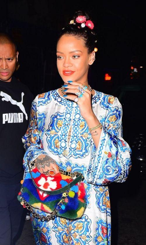 Toate privirile s-au oprit asupra ei: Rihanna, o explozie de culoare! Care e detaliul care le-a fascinat pe fanele ei