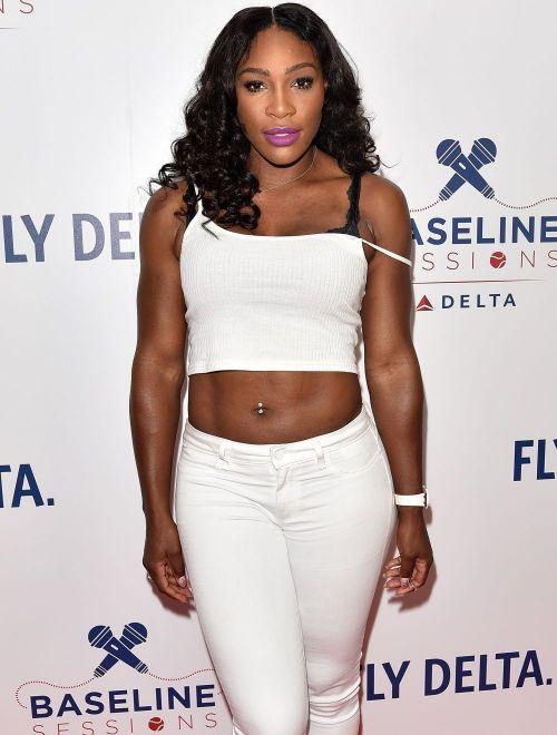 Cu abdomenul de fier la vedere. Serena Williams, aparitie neasteptata intr-un top de dimensiuni reduse