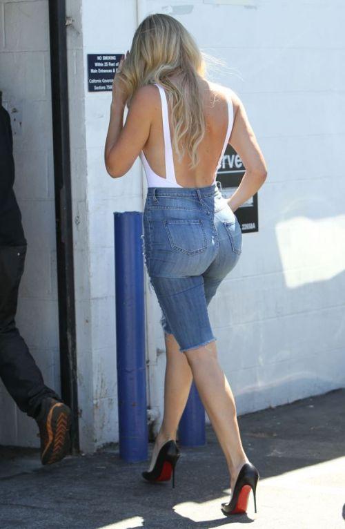 Femeie fatala in blugi. Cum se poarta o pereche de jeansi taiati daca faci parte din aceasta familie