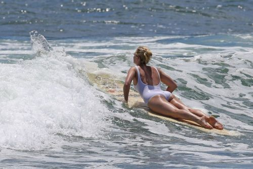 Frumoasa, sexy si o sportiva pe cinste. Margot Robbie, show complet in valurile din Hawaii