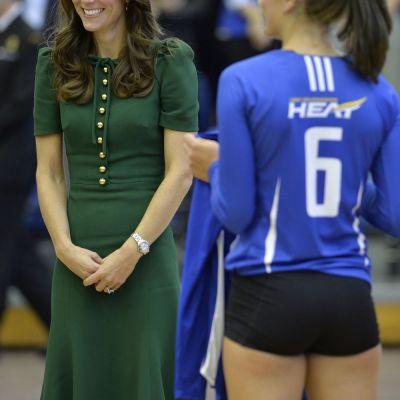Kate Middleton, eclipsata de jucatoarele canadiene de volei :) Cum s-a prezentat Ducesa la intalnirea cu sportivele