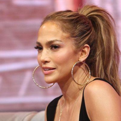 Jennifer Lopez, felina sexy intr-o salopeta foarte mulata. Cum arata corpul artistei cand poarta haine stramte