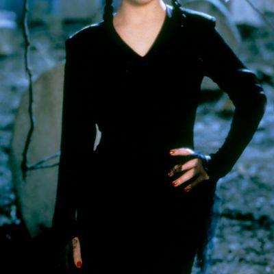 Fetita-minune din  Familia Addams , aparitie de senzatie intr-o rochie mini. Cum arata Wednesday Addams acum