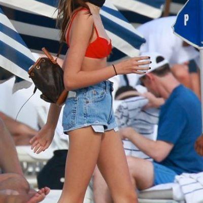 Au iesit la plaja impreuna, iar tanara de 15 ani si-a eclipsat mama, un model de renume. Cum arata cele doua