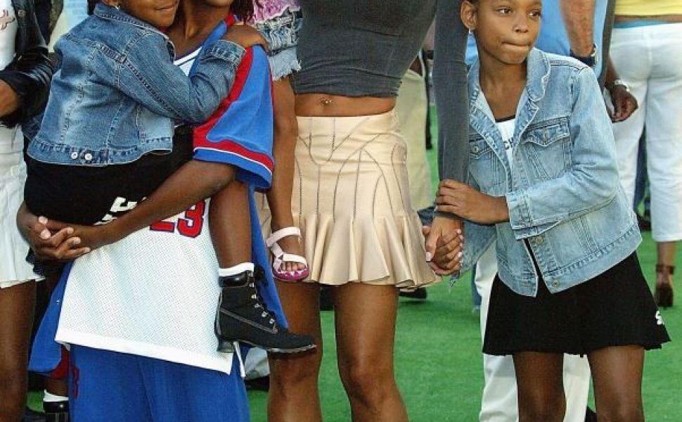 Are 5 copii si o talie care pare photoshopata. Cum a fost fotografiata una dintre fostele sotii ale lui Eddie Murphy