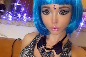 Barbie, varianta umana, a renuntat la machiajul de papusa si arata total diferit. Imaginile cu care si-a uimit fanii
