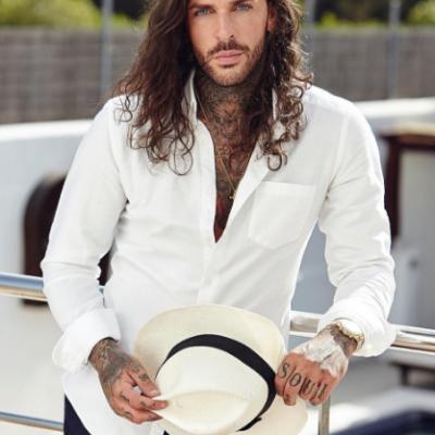 E unul dintre cei mai sexy barbati din Anglia si o senzatie a Instagramului. Cum arata iubita celui mai ravnit britanic