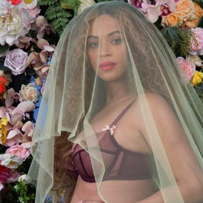 Beyonce insarcinata cu gemeni. Fotografia in care isi arata burtica, record de like-uri pe Instagram