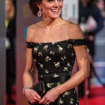Nu a mai aparut niciodata asa. Kate Middleton, intr-o rochie cu umerii goi pe covorul rosu al premiilor BAFTA