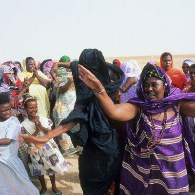 Fortate sa manance si sa devina extrem de grase, ca sa se poata marita! Povestea incredibila a fetelor din Mauritania